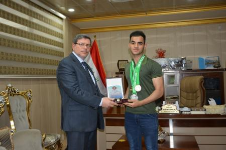 President of the University rewards  the champion of national powerlifiting team with the certificate of creativity