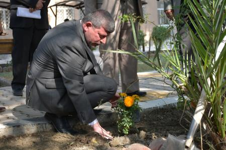 The dean of the Faculty of Medicine instructs to planet flowers