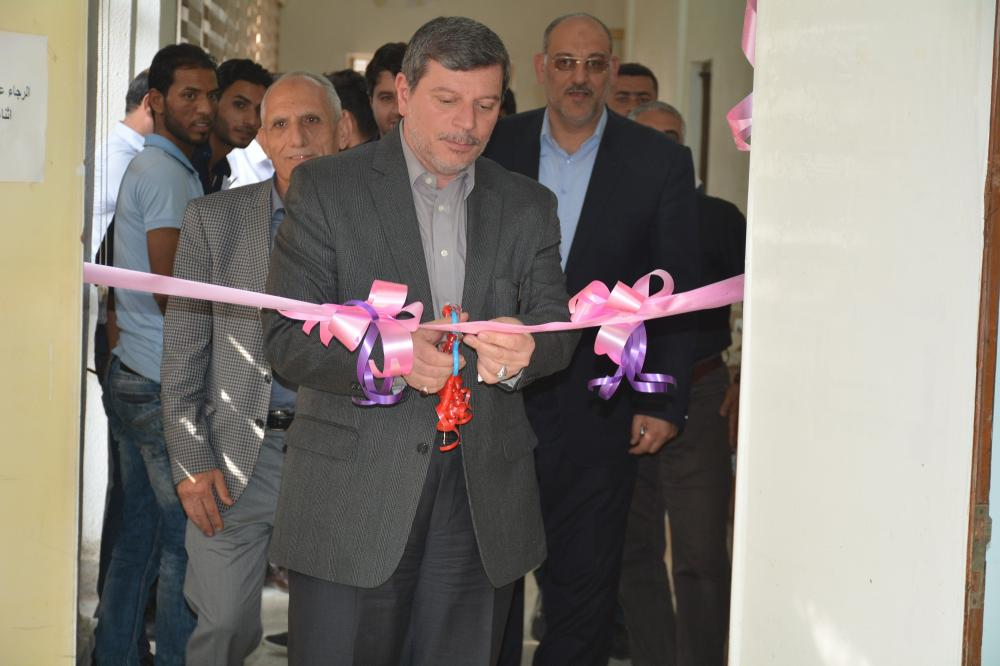 The dean of the faculty of medicine inaugurates the lab of physiology and medical physics